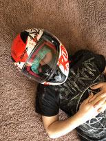 Bewußtlose Person mit Motorradhelm