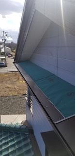 庇に唐草といわれる屋根の役物を取り付けている