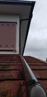 一階の屋根の上に這っているパイプ
