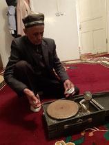 Stolz führt uns Achmed sein Grammophon vor.