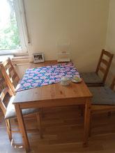 Tisch mit neuer Tischdecke
