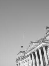 Diese Schwarzweißfotografie von Thorsten Hülsberg zeigt einen Teil des Bundestages in Berlin.