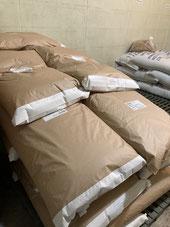 保存庫に積まれた麦芽の袋