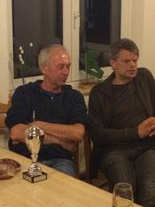 links Sieger Klaus Hofmann mit Pokal