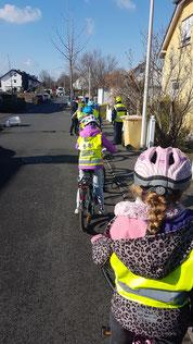 Die Fahrradprüfung der 4. Klassen im März 2021     In der vierten Klasse machen alle Kinder eine Fahrradprüfung.  Vor der Fahrradprüfung macht man einen Fahrradcheck.  Dort überprüft Frau Mollberg, ob unser Fahrrad verkehrstauglich ist.  Das Ziel von Frau