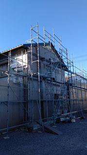 施工前の外壁の様子 既存外壁に足場がかかっている