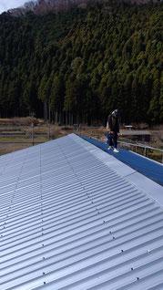大波スレートの屋根にカバールーフを張った