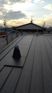 屋根に水上カバーがすべてついた全体の写真