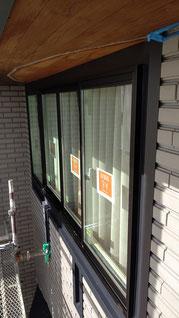 施工後窓と外壁の隙間に板金が貼ってある
