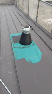 煙突周りの板金を煙突の形に添って半円に切り込んでいる