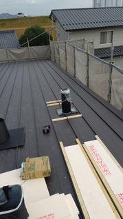 屋根に木枠と断熱材を敷きこんでいる