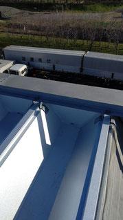 水上に板金板で加工した面戸をつけ、コーキングで屋根との隙間をふさいでいる