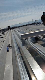 既設の折板の明り取り 透明な屋根が置かれている