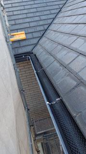 落ち葉除けネットが軒樋のなかすべてに取り付けてある