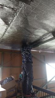 脚立でリフレクティックスを天井に施工している