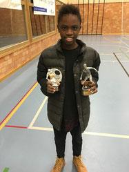 Ein sichtlich zufriedener Jonathan mit dem Pokal als Best Player und dem 3. Schlussrang. Foto Ko