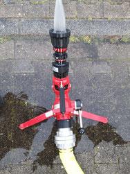 Ein Wasserwerfer ist hilfreich, um größere Brände unter Kontrolle zu bringen