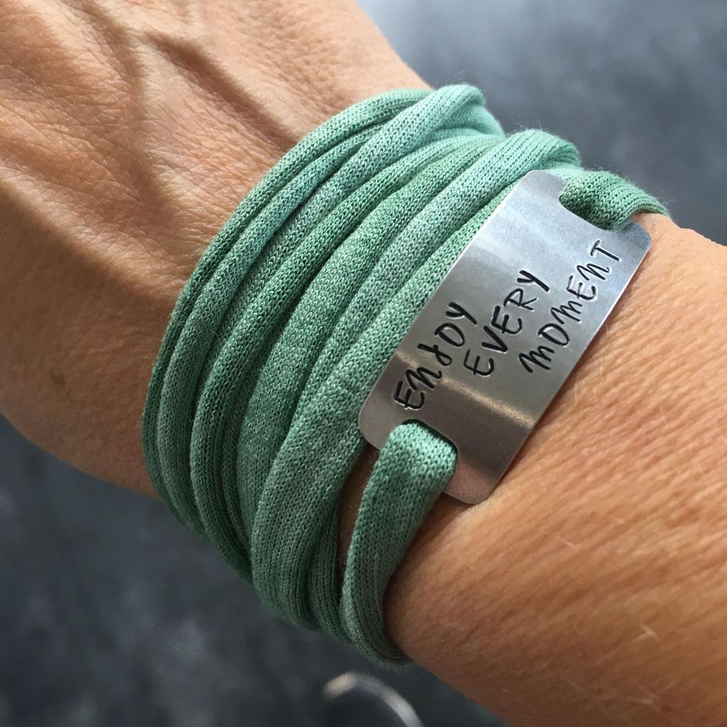Bracelet sport plaque metal gravé motivation running marathon fait main made in France run enjoy every moment