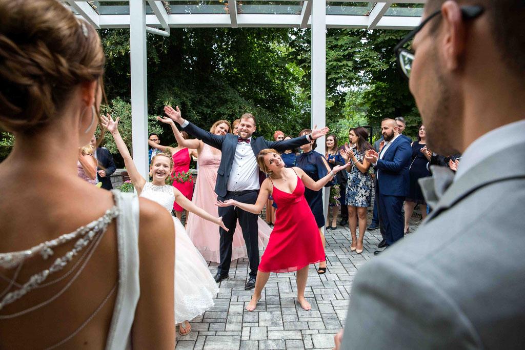 Hochzeitstanz für das Brautpaar, Überraschung an der Hochzeit, Hochzeitsbilder vom Hochzeitsfotograf Profi
