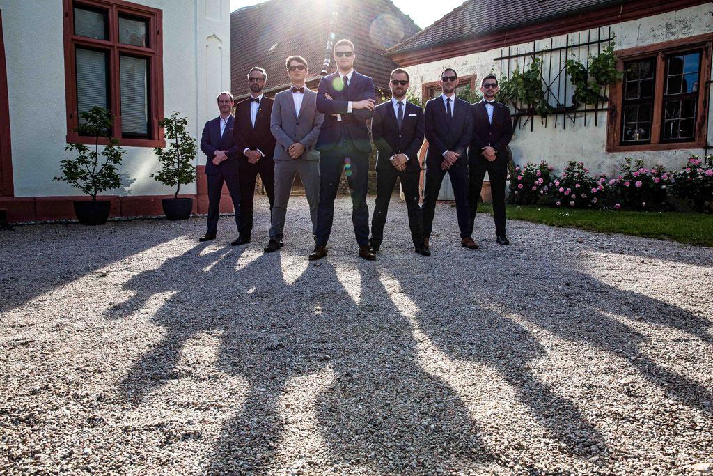 Schloss Schönborn Rheingau, Winkeler Str. 64, 65366 Geisenheim, Hochzeitsfoto, Hochzeitsfotograf, Bräutigam und seine Boys Pose, Schatten Hochzeitsgesellschaft, Schatteneffekt Hochzeitsfotografie