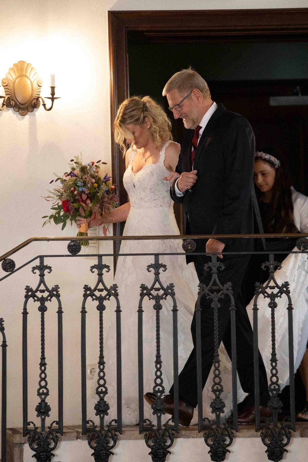 Vater begleitet seine Tochter zu Hochzeit, Weingut Schloss Reinhartshausen, Hauptstraße 39, 65346 Eltville am Rhein
