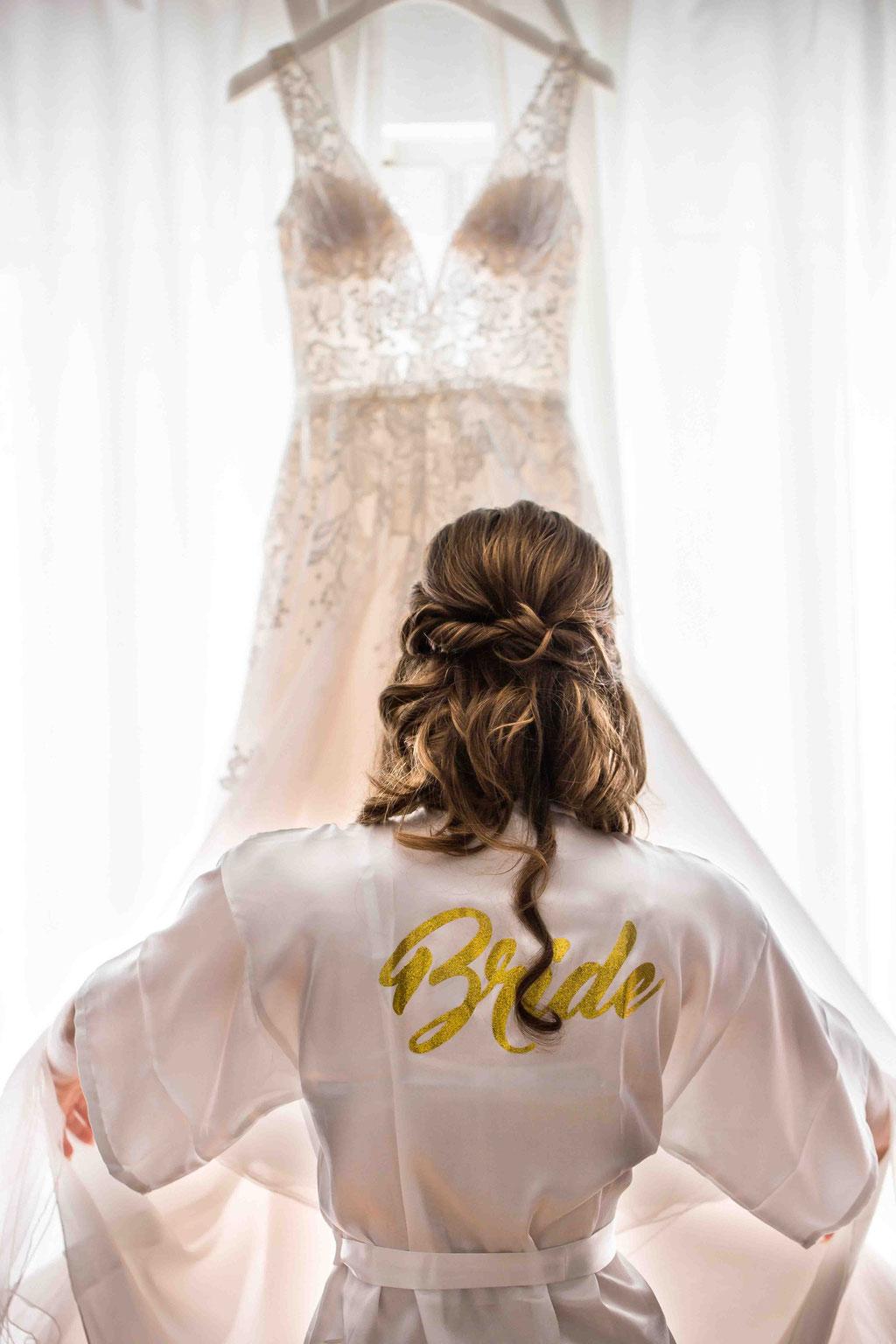 Bewunderung Hochzeitskleid an der Hochzeit, Vorbereitung der eigenen Hochzeit, Braut anziehen