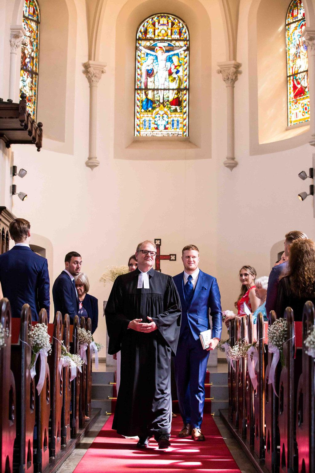 Ausgang aus der Kirche, Hochzeit, Hochzeitsbilder der Familie