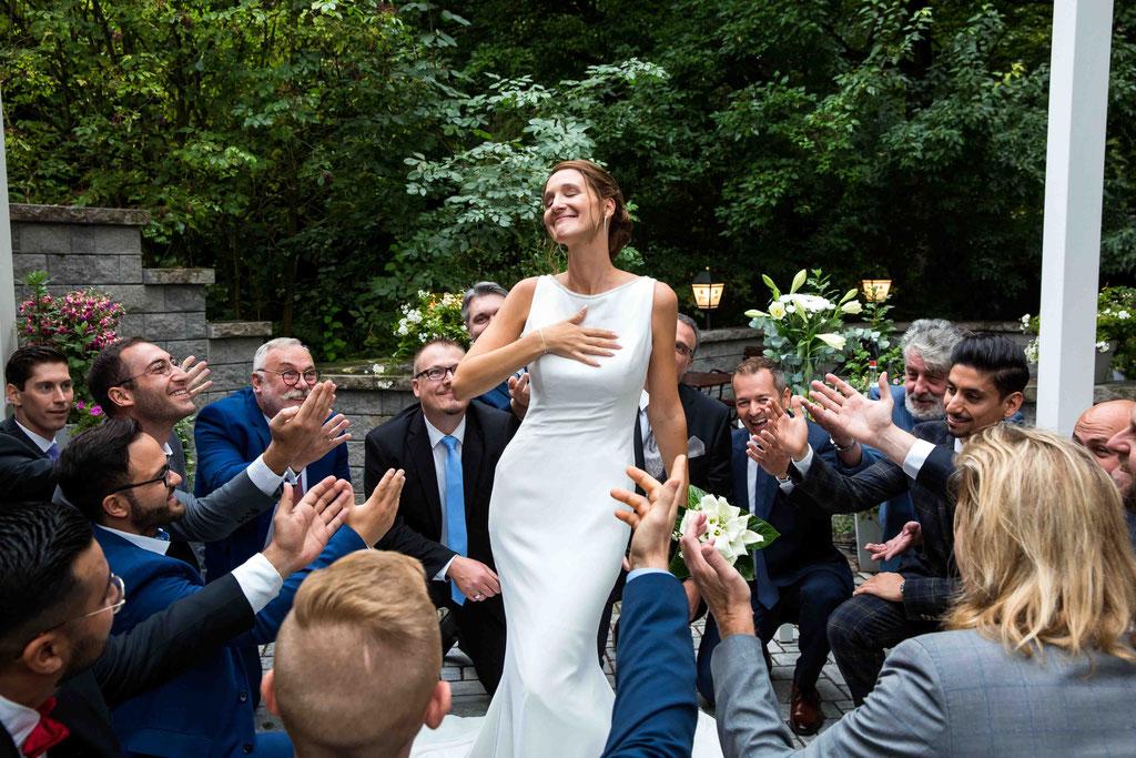 Hochzeitsfotograf, Steffens Herrenmühle - Herrenmühle 4, 3755 Alzenau, Hochzeitsreportage, Hochzeitsfotos, Anhimmeln der Braut, Braut als Prinzessin verehrt, Hinreißende Hochzeitsbilder der Braut, grandiose Idee Gruppenbilder für Hochzeiten