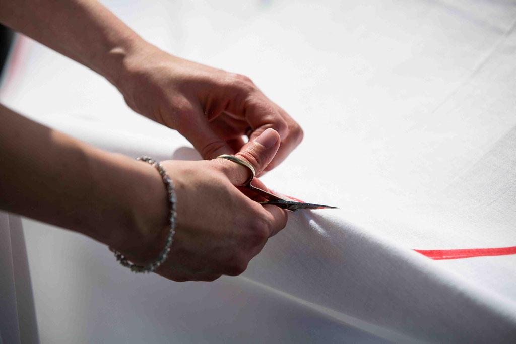 Hochzeitsfotograf, Hochzeitsreportage, Hochzeitslocation Schloss Schönborn Rheingau, Winkeler Str. 64, 65366 Geisenheim, Laken zerschneiden Hochzeitsbild, Herz ausschneiden Hochzeitsfoto, Überraschung