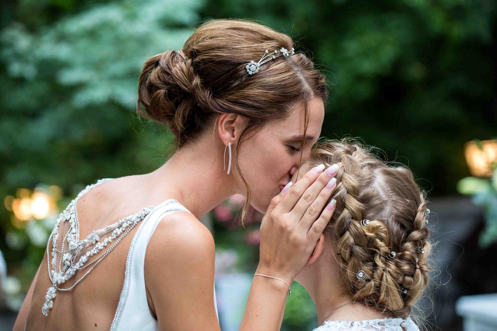 Hochzeitsfotograf, Steffens Herrenmühle - Herrenmühle 4, 3755 Alzenau, Hochzeitsreportage, Hochzeitsfotos, Brautkuss an die Tochter, Liebe der Braut, Braut ist auch Mutter