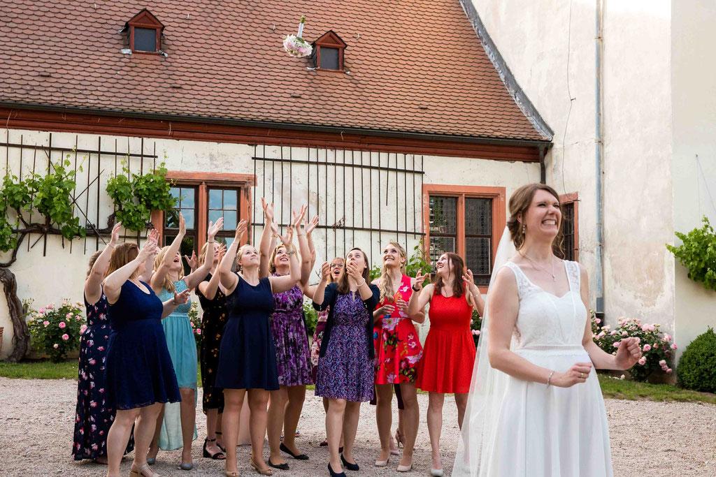 Brautstrauß werfen, Brautstrauß fangen, Blumen werfen Hochzeit, Strauß werfen Hochzeit, Brauch zur Hochzeit Brautstrauß werfen