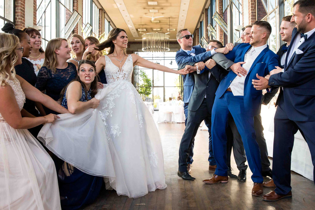 spaßige Hochzeitsbilder, lustige Hochzeitsfotos, Tauziehen Hochzeitsbilder, Hochzeitsideen
