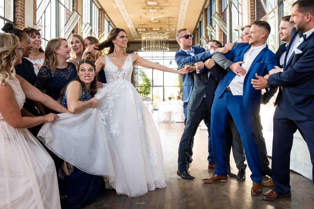 Hochzeit: Weststadtbar Darmstadt, Mainzer Straße 106, 64293 Darmstadt - Hochzeitsfotograf, spaßige Hochzeitsbilder, lustige Hochzeitsfotos, Tauziehen Hochzeitsbilder, Hochzeitsideen