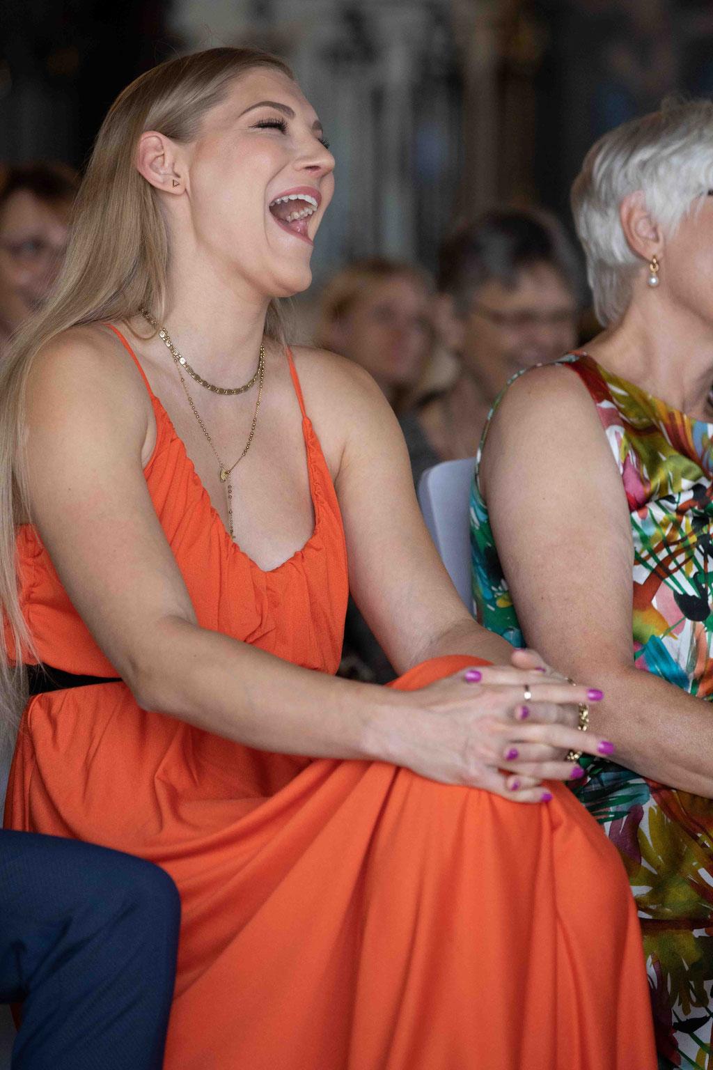 Hochzeitslocation Hochzeit feiern Weingut Schloss Reinhartshausen, Hauptstraße 39, 65346 Eltville am Rhein, Hochzeitsfotograf, Schwester lacht auf der Hochzeit,