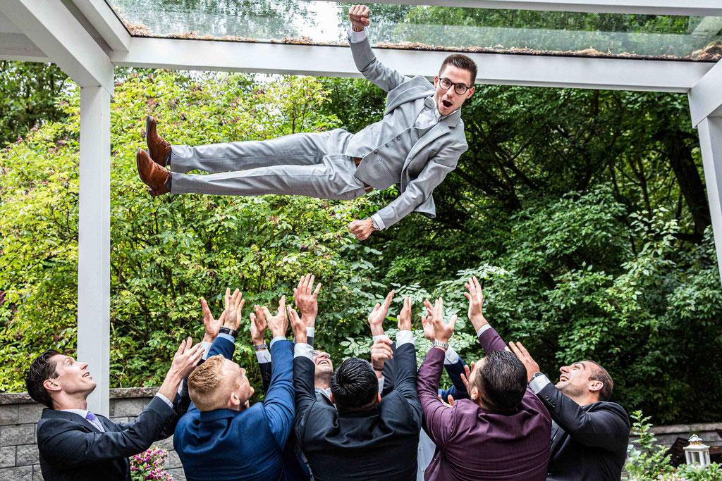 Fliegender Bräutigam, Bräutigam hochwerfen, geiles Gruppenbild, lustige Gruppenbilder, amüsante Gruppenfotos für Hochzeiten