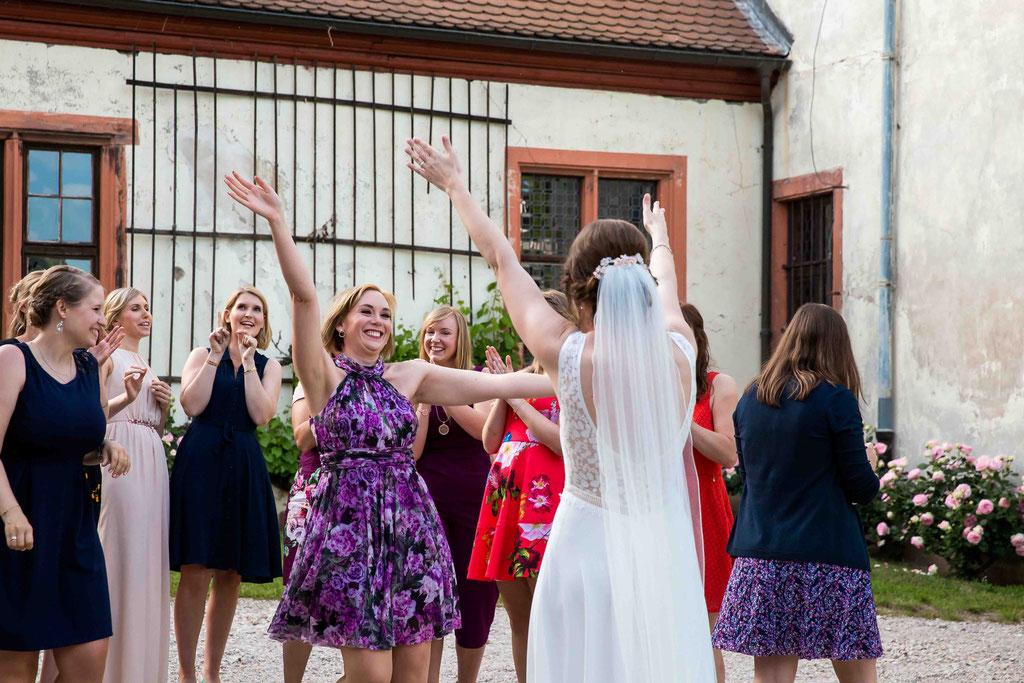 Hochzeitsfotograf, Hochzeitsreportage, Hochzeitslocation Schloss Schönborn Rheingau, Winkeler Str. 64, 65366 Geisenheim, Glückwunsch zur Hochzeit, Brautstrauß gefangen, neue Vermählung, verlieben heiraten