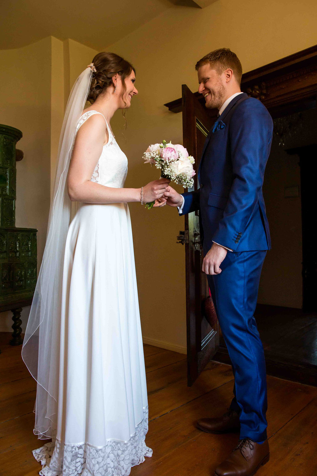 first look, Überraschung an der Hochzeit, Hochzeitsbild, Hochzeitsfotografin fotografiert Trauung