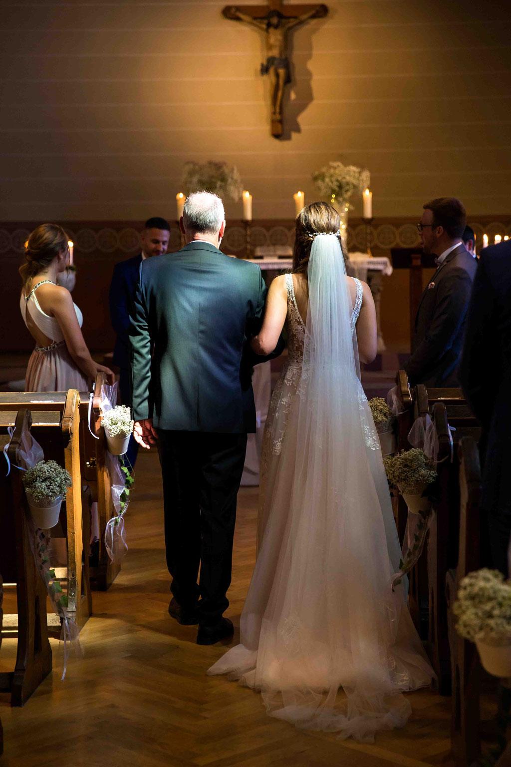 Hochzeit: Weststadtbar Darmstadt, Mainzer Straße 106, 64293 Darmstadt - Hochzeitsfotograf, Lichtschein auf die Braut in der Kirche, Besondere Hochzeitsbilder vom Hochzeitsfotograf / Hochzeitsfotografin