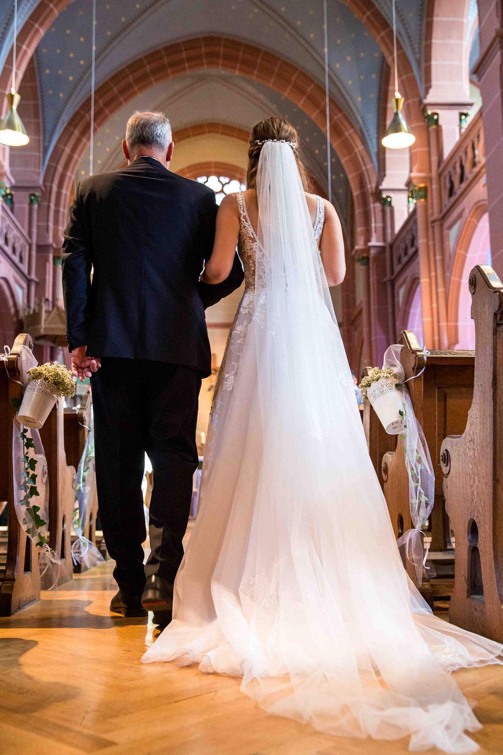 Braut wird vom Brautvater zum Altar geführt, Kirchliche Hochzeit, Hochzeitsfotografin, Zwei Hochzeitsfotografen,