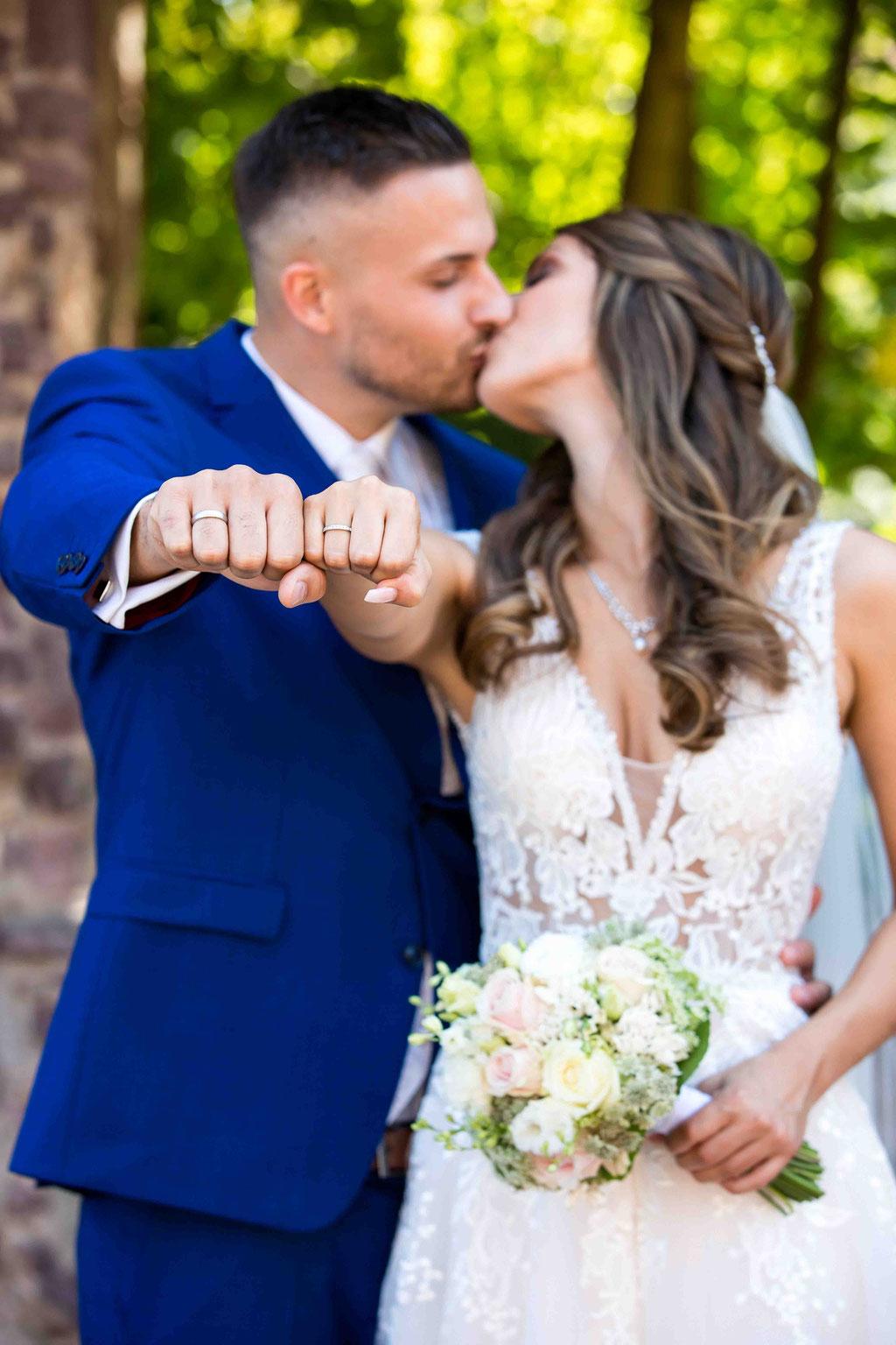 Bildideen vom Hochzeitsfotograf, Brautpaar küssend, attraktives Brautpaar mit Ehering, Hochzeitspaar Fotoshooting