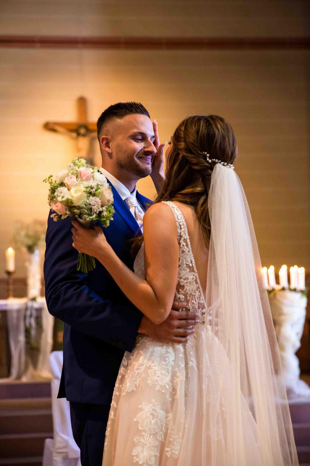 Hochzeitskuss, Ehegelübde, Eheversprechen, Blick der Liebe beim Brautpaar, Hochzeit in der Kirche, Trauung Hochzeitsbilder