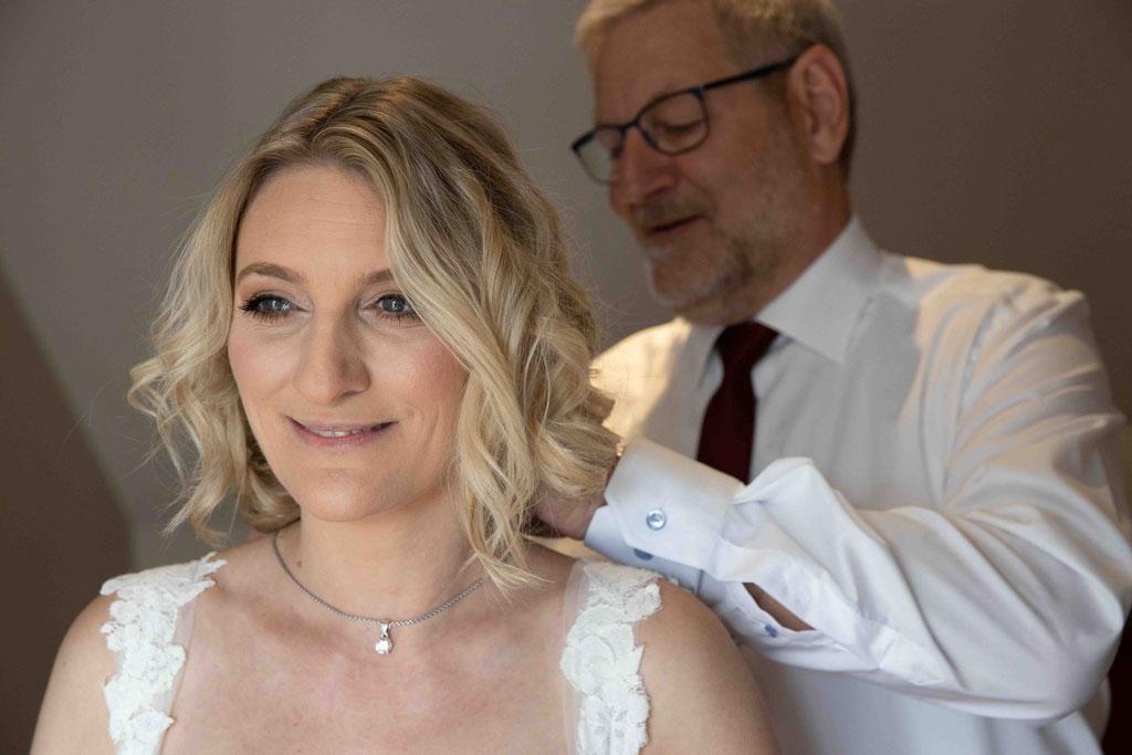 Hochzeitslocation Hochzeit feiern Weingut Schloss Reinhartshausen, Hauptstraße 39, 65346 Eltville am Rhein, Hochzeitsfotograf, Hochzeitsbilder, Hochzeitsfotograf, Ralf Riehl, Vater hilft der Braut