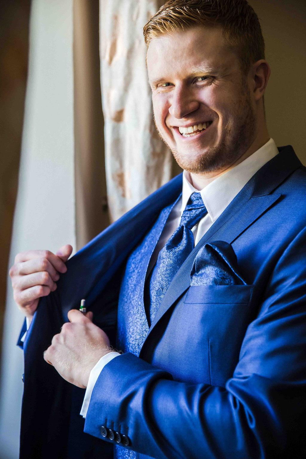 Porträt vom Bräutigam, Einzelaufnahmen vom Bräutigam, Getting ready Groom, Vorbereitungen beim Bräutigam fotografiert