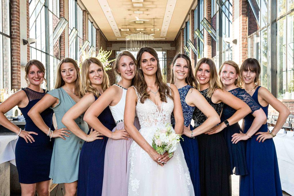 Hochzeit: Weststadtbar Darmstadt, Mainzer Straße 106, 64293 Darmstadt - Hochzeitsfotograf, Brautjungfern und Braut Gruppenaufnahme, Hübsche Brautjungfern, heiße Brautjungfern, Braut und ihre Mädels