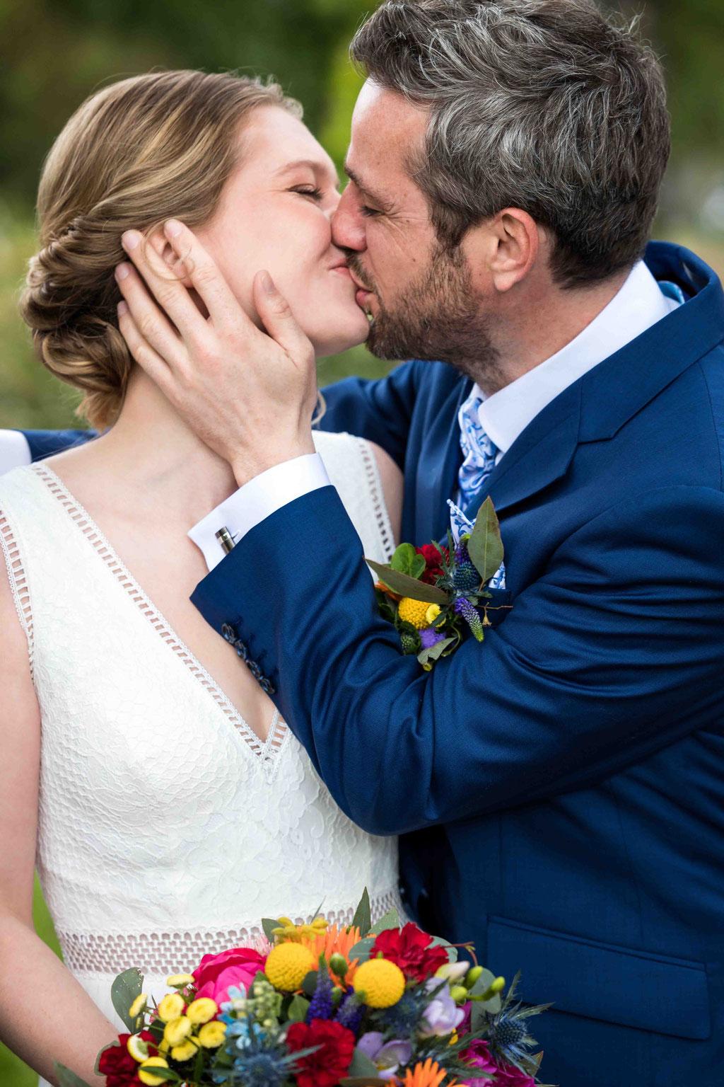 Hochzeitskuss, Hochzeitsbild Kuss der Braut, Kiss the bride, intensive Hochzeitsfotos, Romantische Hochzeitsbilder