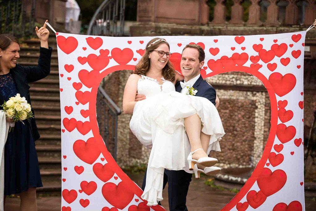 Standesamtliche Hochzeit, Herz ausschneiden im Garten, Standesamt Höchst Bolongaropalast, Seilerbahn 2, 65929 Frankfurt am Main, Brautpaar im Emmerichpavillon Bolongaropalast