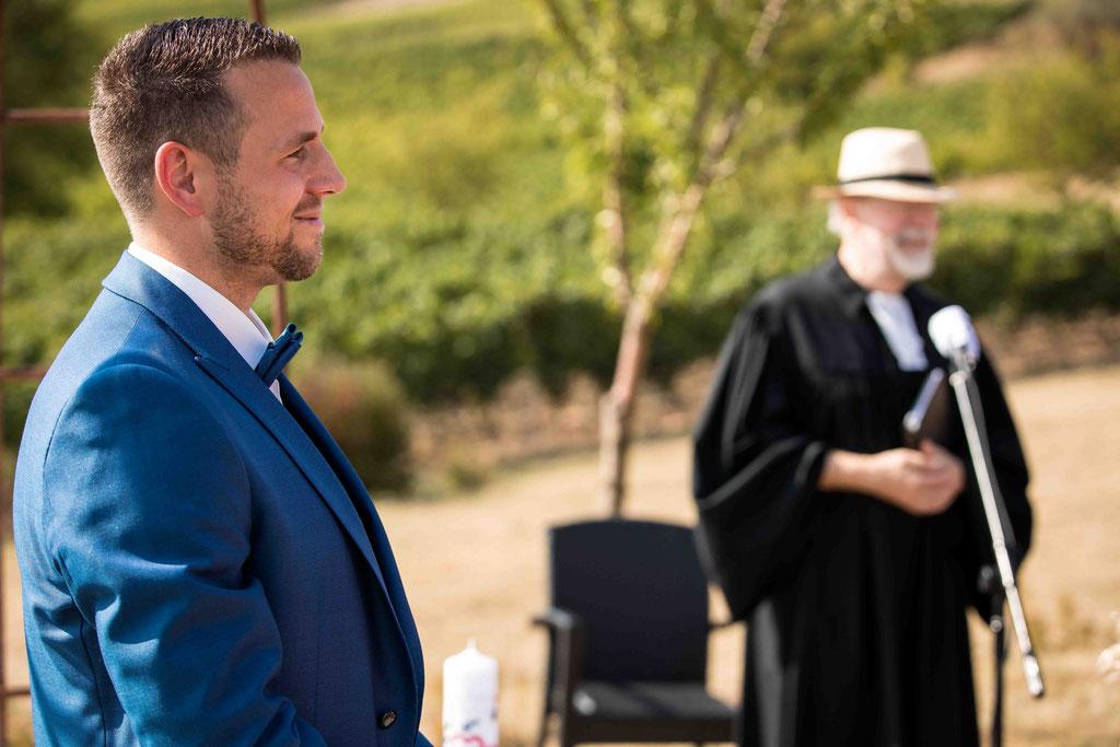 Hofgut Donnersberg, Außerhalb 3, 55578 Vendersheim, Hochzeitsfotograf, Hochzeitsbilder, Hochzeitsfoto, Bräutigam wartet auf die Braut