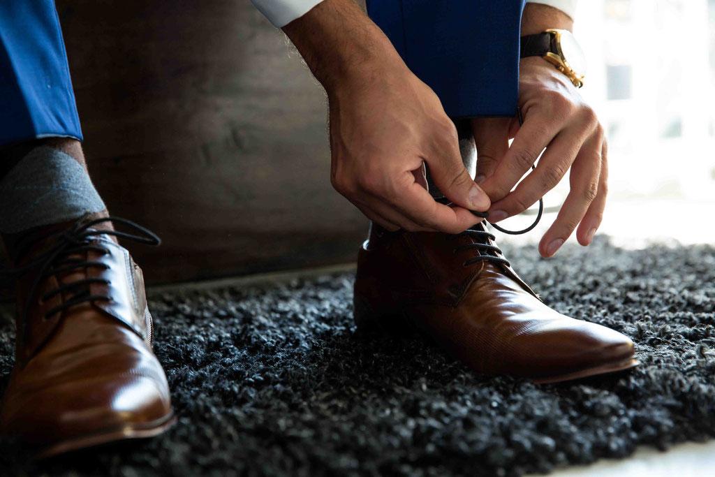 Bräutigam zieht sich die Schuhe an, Getting Ready Hochzeitsfotos