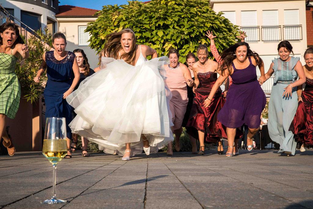 Hofgut Donnersberg, Außerhalb 3, 55578 Vendersheim, Hochzeitsfotograf, Hochzeitsbilder, Hochzeitsfoto, Sektrun, Braut und Freundinnen rennen zum Sekt