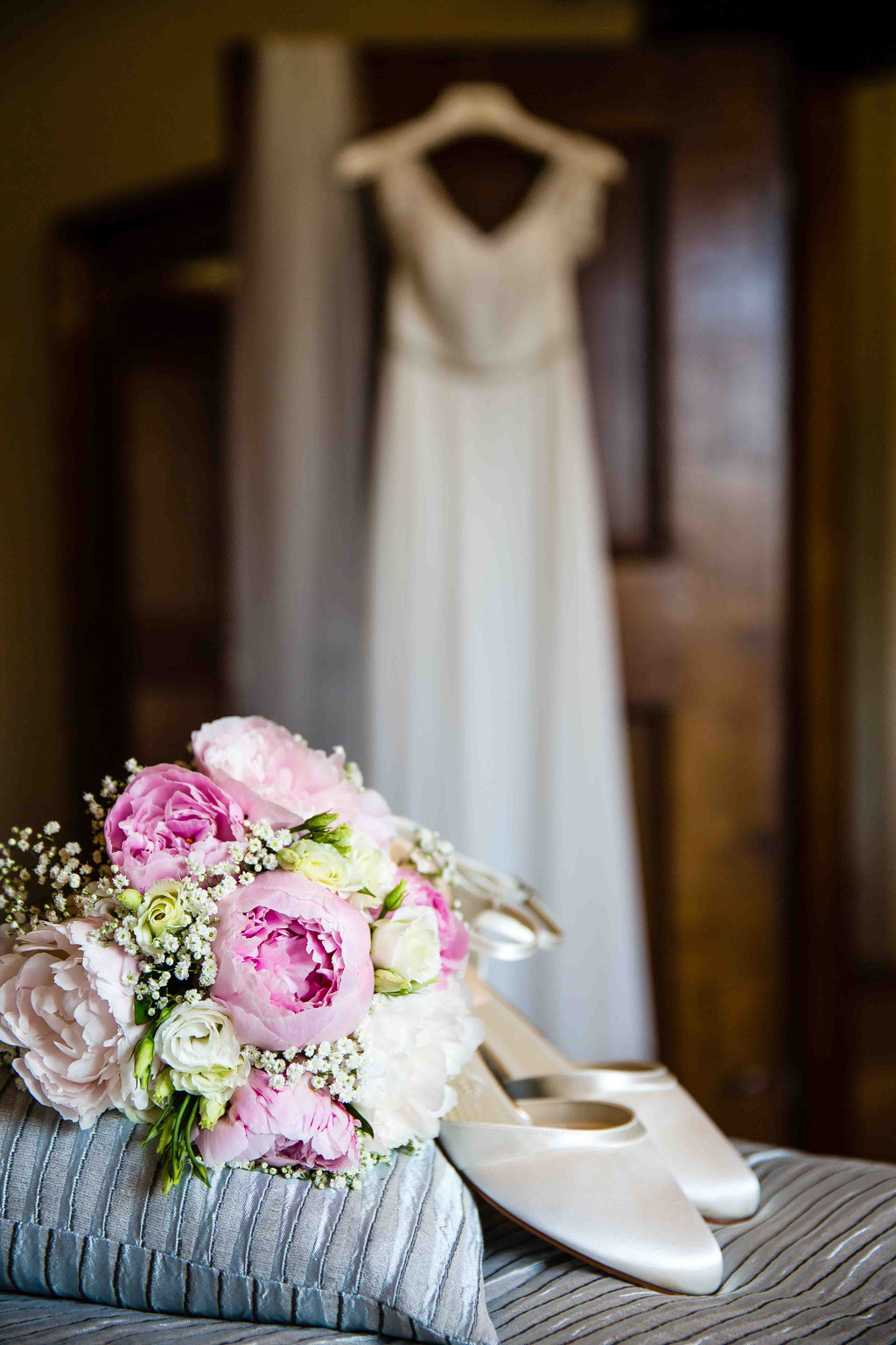 Brautkleid perfekt inszeniert Hochzeitsfoto, Hochzeitsbild vom Brautkleid, Kleid der Braut fotografieren